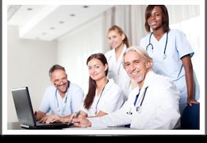 Foto de médicos utilizando o computador