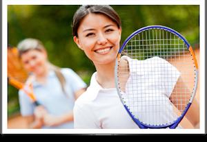 Foto de jogadoras em uma quadra de tênis